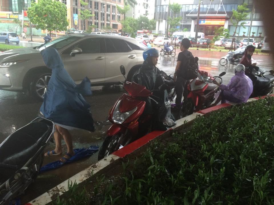 Gió mạnh, mưa lớn, người dân Hà Nội vứt xe tìm chỗ trú - 6