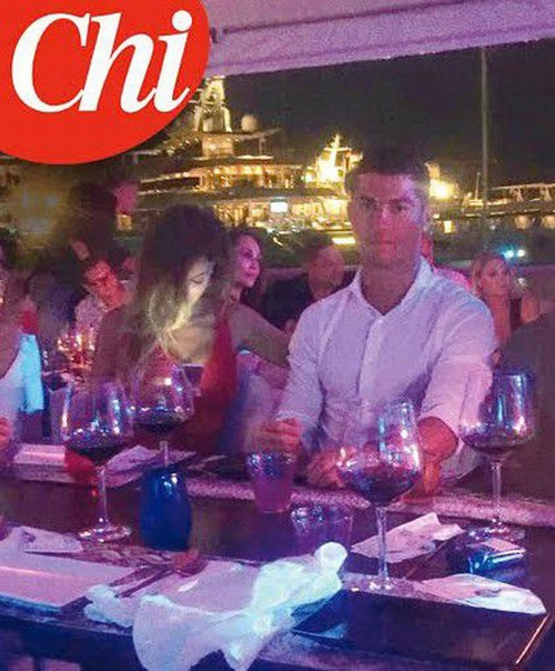 Ronaldo ngả nghiêng trong đêm bên mỹ nữ bốc lửa người Ý - 1