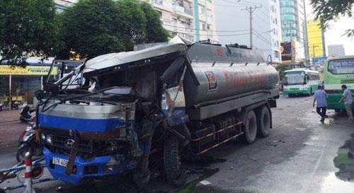 Xe bồn đâm xe buýt giữa Sài Gòn, nhiều người khóc thét - 1