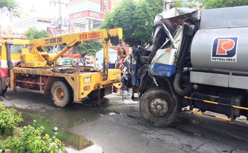 Xe bồn đâm xe buýt giữa Sài Gòn, nhiều người khóc thét - 2