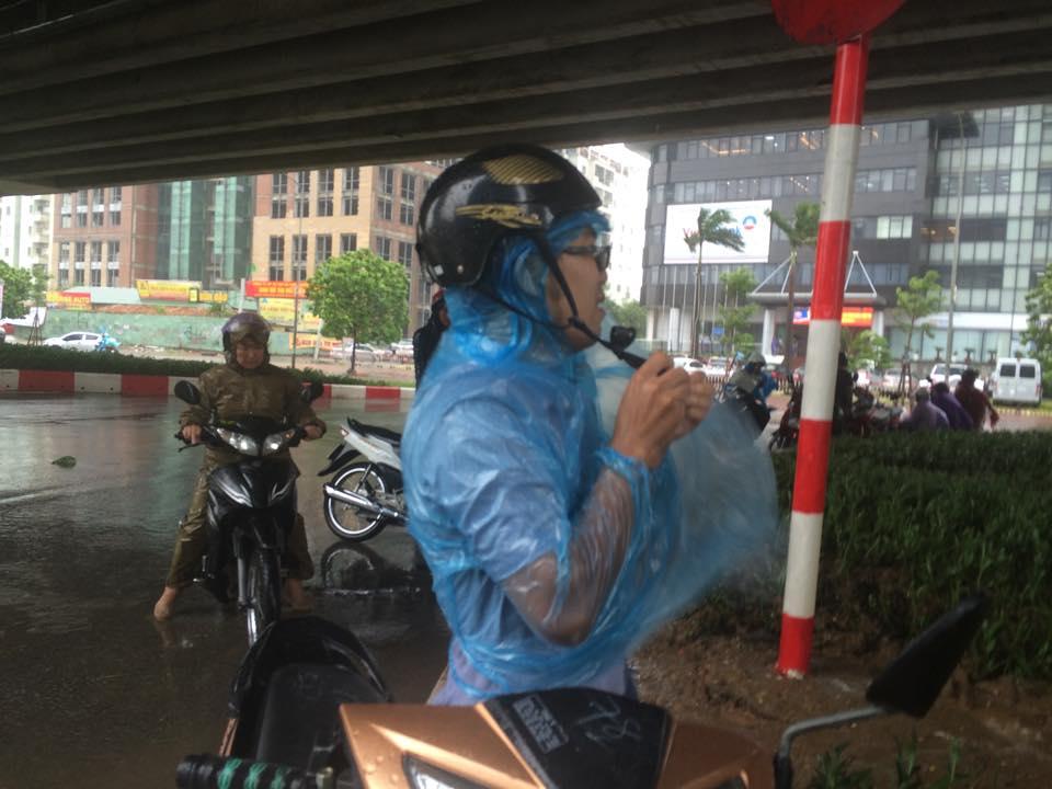 Gió mạnh, mưa lớn, người dân Hà Nội vứt xe tìm chỗ trú - 7