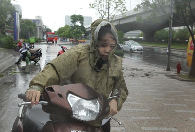 Chùm ảnh: Người Hà Nội vật vã chống chọi bão số 1 - 2