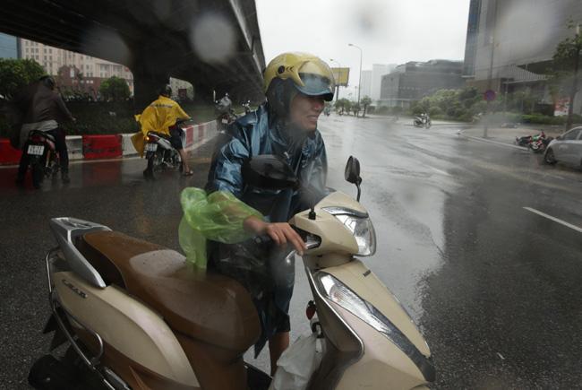 Chùm ảnh: Người Hà Nội vật vã chống chọi bão số 1 - 6