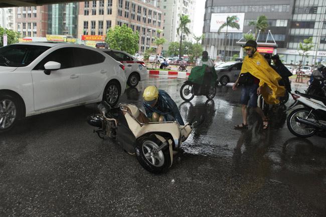 Chùm ảnh: Người Hà Nội vật vã chống chọi bão số 1 - 7