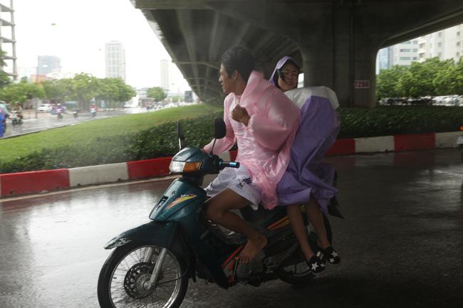 Chùm ảnh: Người Hà Nội vật vã chống chọi bão số 1 - 8