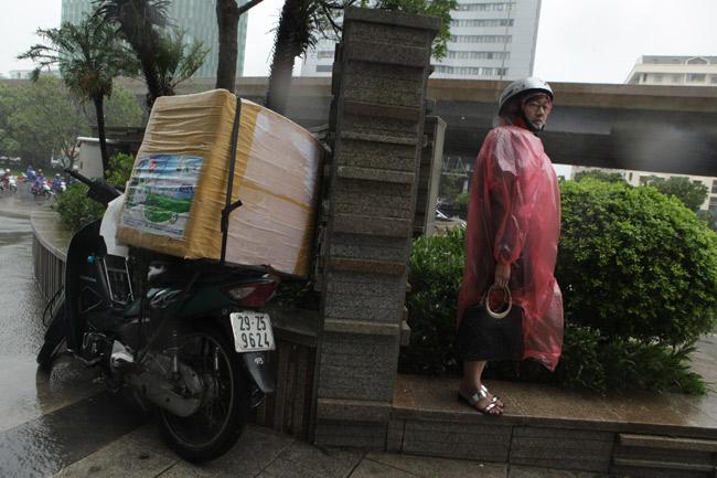 Chùm ảnh: Người Hà Nội vật vã chống chọi bão số 1 - 11