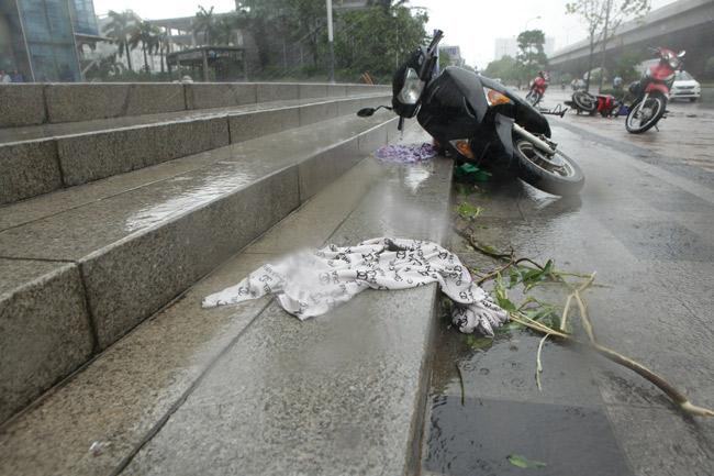 Chùm ảnh: Người Hà Nội vật vã chống chọi bão số 1 - 10