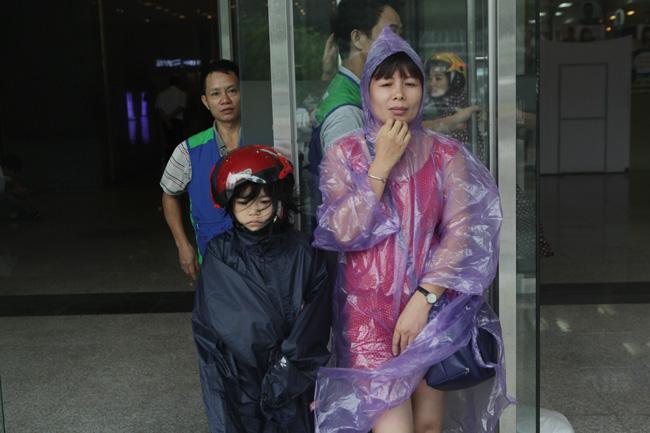 Chùm ảnh: Người Hà Nội vật vã chống chọi bão số 1 - 13