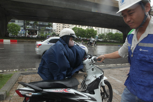 Chùm ảnh: Người Hà Nội vật vã chống chọi bão số 1 - 14