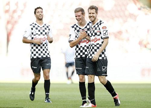 Hàng loạt SAO F1 xỏ giầy đá bóng tri ân Schumacher - 3