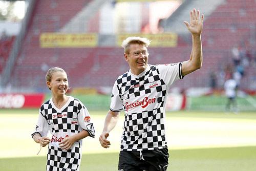 Hàng loạt SAO F1 xỏ giầy đá bóng tri ân Schumacher - 8