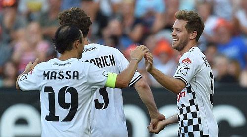 Hàng loạt SAO F1 xỏ giầy đá bóng tri ân Schumacher - 1