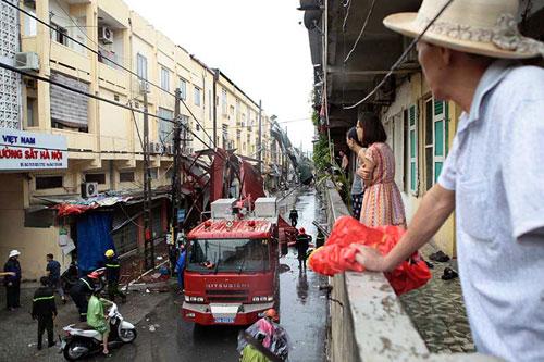 Những người căng mình làm việc trong mưa bão số 1 - 3