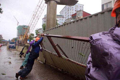Những người căng mình làm việc trong mưa bão số 1 - 10