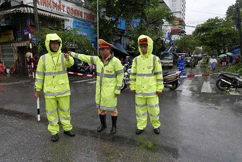 Những người căng mình làm việc trong mưa bão số 1 - 6