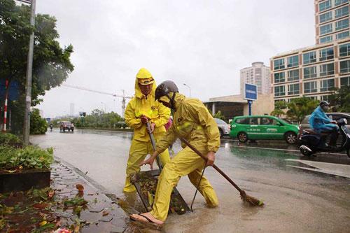 Những người căng mình làm việc trong mưa bão số 1 - 8