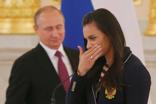 Sắp đi Rio, VĐV Nga khóc lóc trước Tổng thống Putin - 1