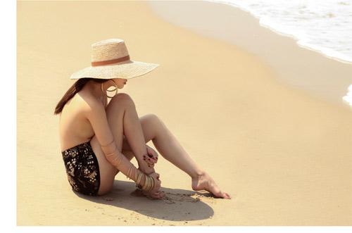 Yến Trang tung ảnh bán nude trên bãi biển - 2
