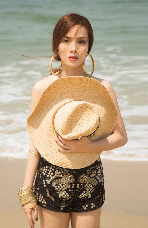 Yến Trang tung ảnh bán nude trên bãi biển - 3