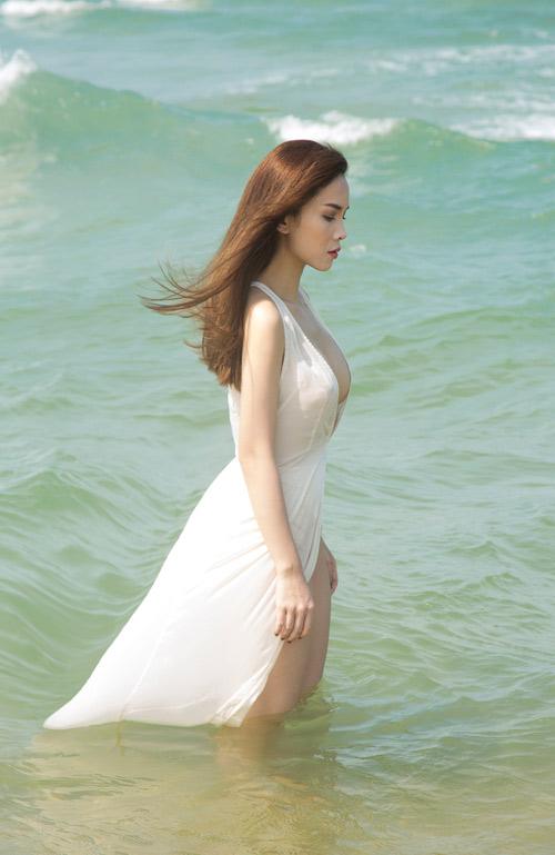 Yến Trang tung ảnh bán nude trên bãi biển - 6