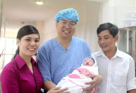 Bé gái đầu tiên chào đời nhờ mang thai hộ ở miền Trung - 2