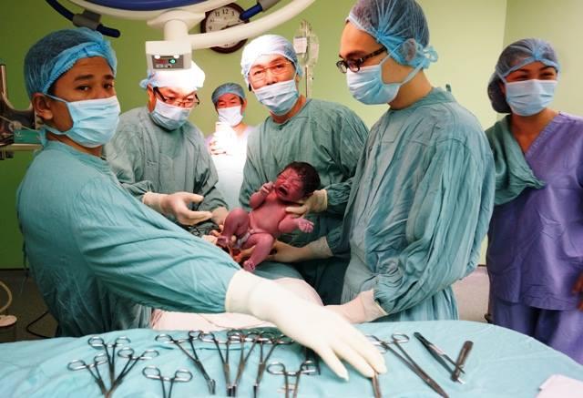 Bé gái đầu tiên chào đời nhờ mang thai hộ ở miền Trung - 1