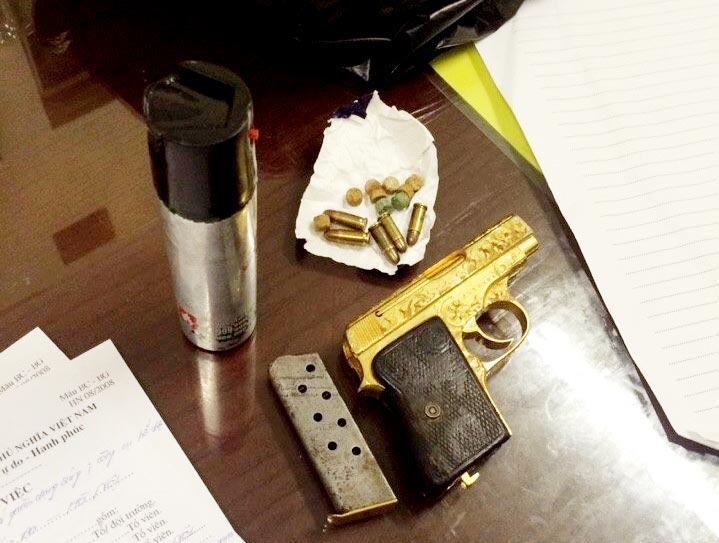 Mang súng mạ vàng dạo phố, không cho CSCĐ kiểm tra - 1