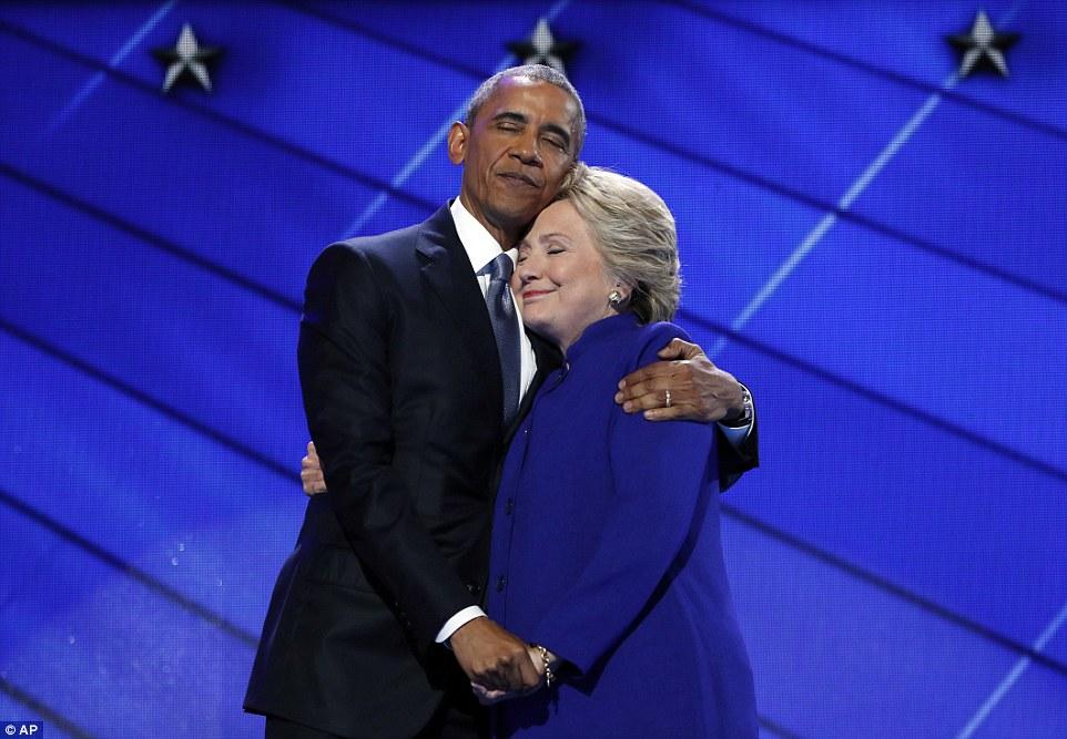 Ông Obama ôm, cầm tay bà Clinton đầy tin tưởng - 1