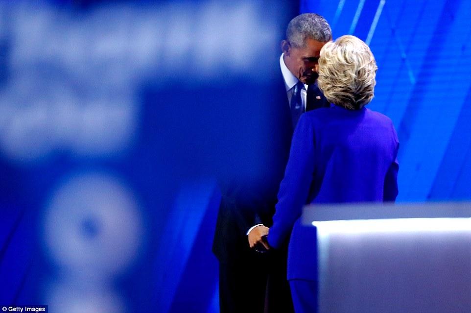 Ông Obama ôm, cầm tay bà Clinton đầy tin tưởng - 2