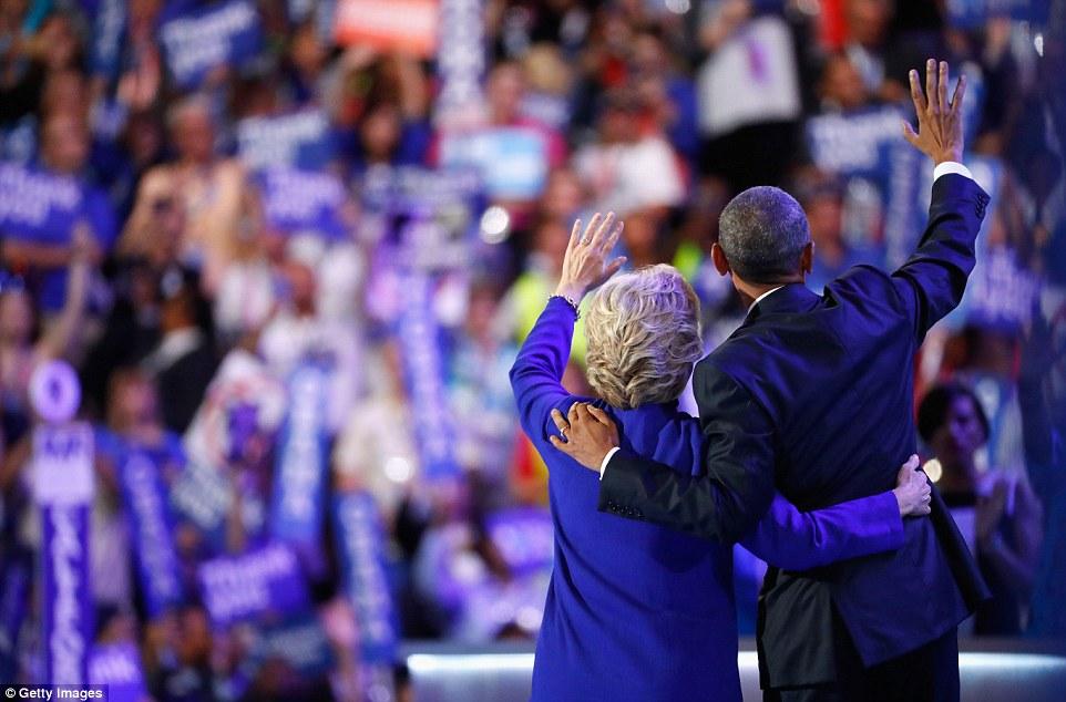 Ông Obama ôm, cầm tay bà Clinton đầy tin tưởng - 5