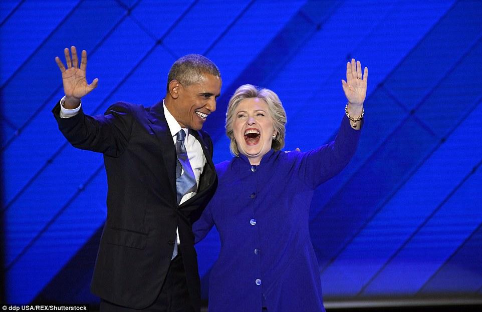 Ông Obama ôm, cầm tay bà Clinton đầy tin tưởng - 3
