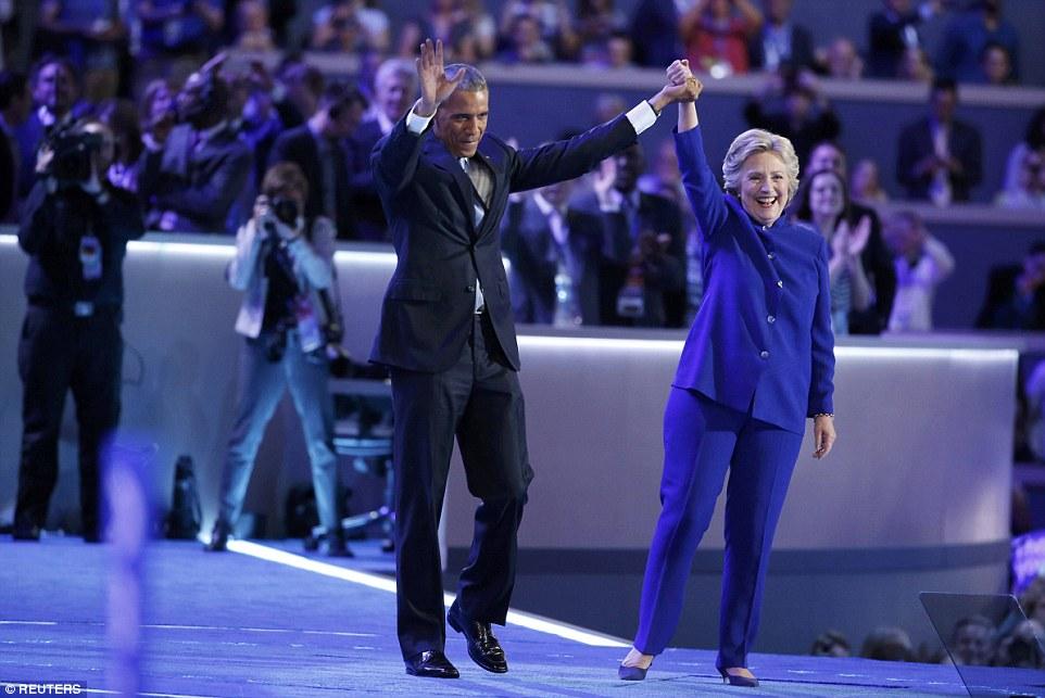Ông Obama ôm, cầm tay bà Clinton đầy tin tưởng - 4