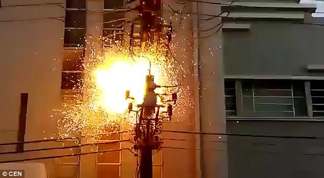 Video: Trèo cột điện nhìn tổng thống, bị giật bùng lửa - 1
