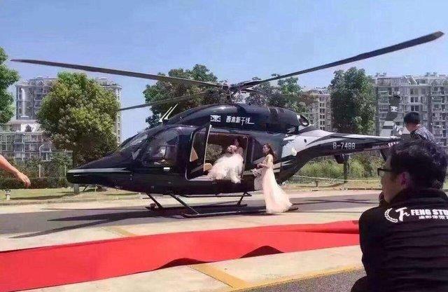 Cặp đôi TQ vung tiền thuê trực thăng đưa đến đám cưới - 1