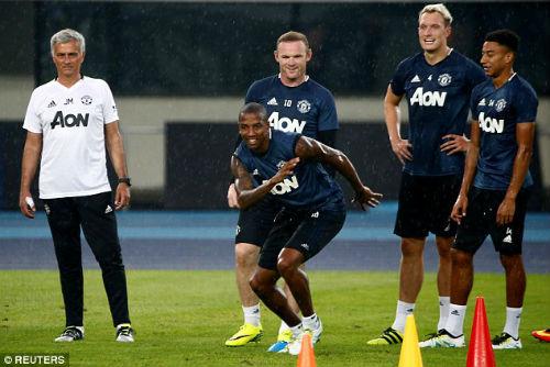 """Thanh lọc MU: Mourinho """"trảm""""... 9 cầu thủ - 1"""