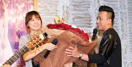 """""""Mẹ vợ"""" phản ứng với bó hoa 10 triệu Trấn Thành tặng Hari - 1"""