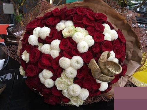 """""""Mẹ vợ"""" phản ứng với bó hoa 10 triệu Trấn Thành tặng Hari - 2"""