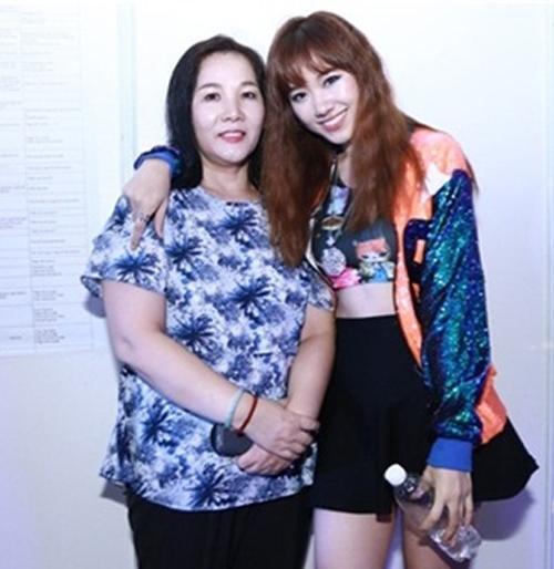 """""""Mẹ vợ"""" phản ứng với bó hoa 10 triệu Trấn Thành tặng Hari - 3"""