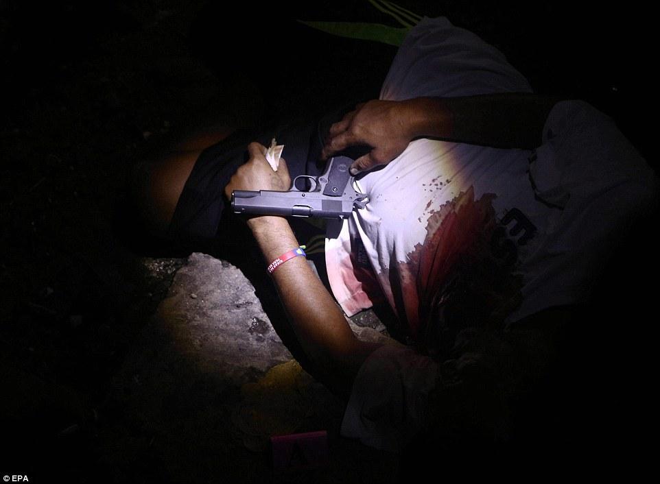 Sốc: Philippines bắn chết 300 tội phạm ma túy trên phố - 3