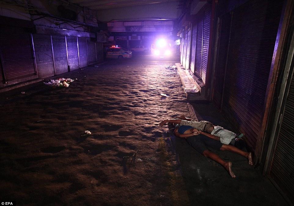 Sốc: Philippines bắn chết 300 tội phạm ma túy trên phố - 4
