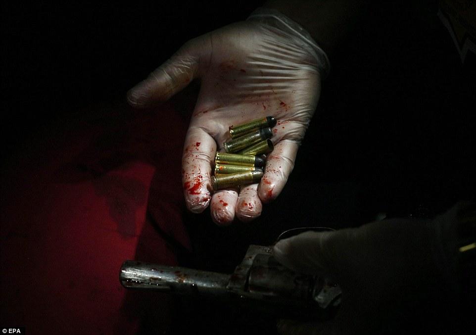 Sốc: Philippines bắn chết 300 tội phạm ma túy trên phố - 8