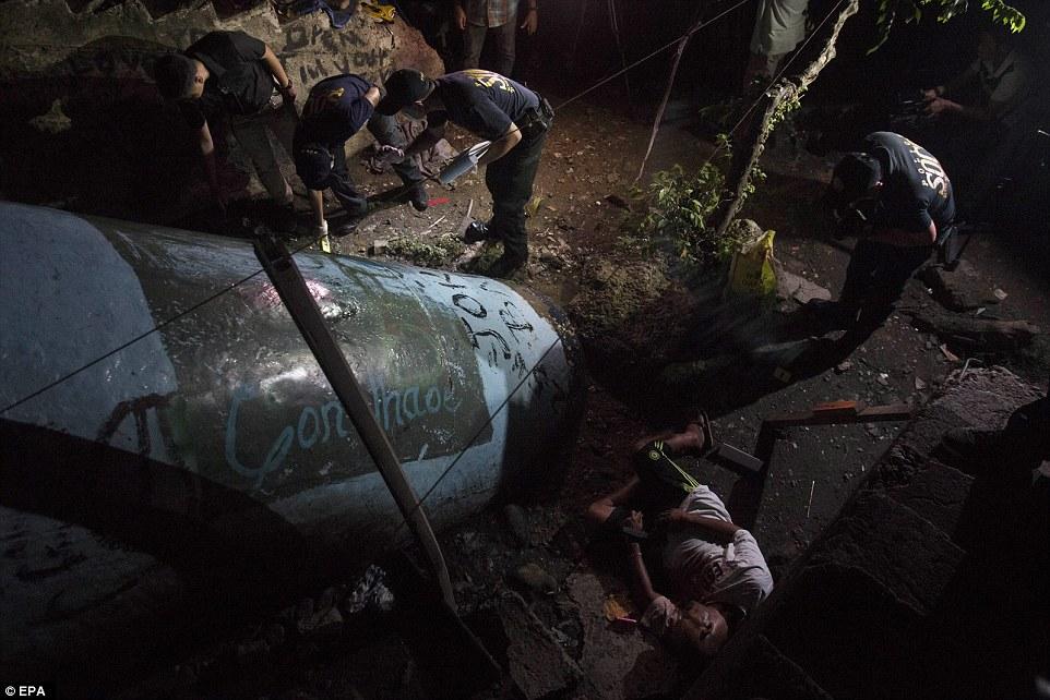 Sốc: Philippines bắn chết 300 tội phạm ma túy trên phố - 9