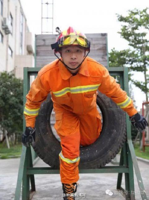 """Chàng lính cứu hỏa được phong là """"thánh mì tôm"""" - 3"""