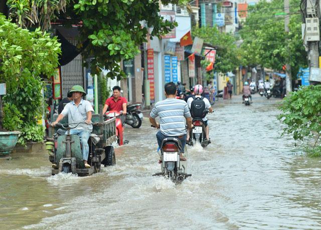 Một ngày sau bão số 1, người Thủ đô vẫn bì bõm lội phố - 3