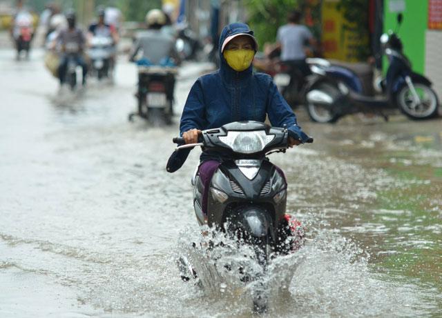 Một ngày sau bão số 1, người Thủ đô vẫn bì bõm lội phố - 2