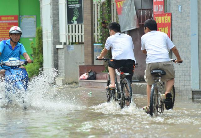 Một ngày sau bão số 1, người Thủ đô vẫn bì bõm lội phố - 4