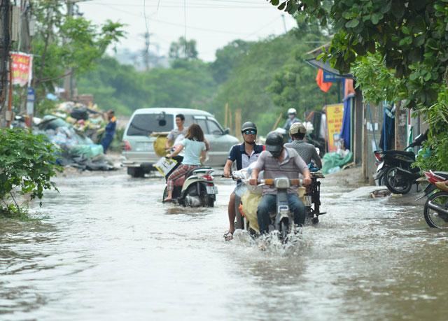 Một ngày sau bão số 1, người Thủ đô vẫn bì bõm lội phố - 1