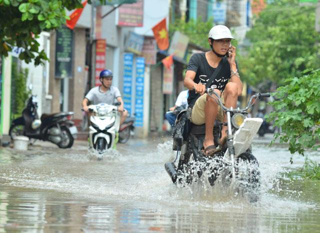 Một ngày sau bão số 1, người Thủ đô vẫn bì bõm lội phố - 5