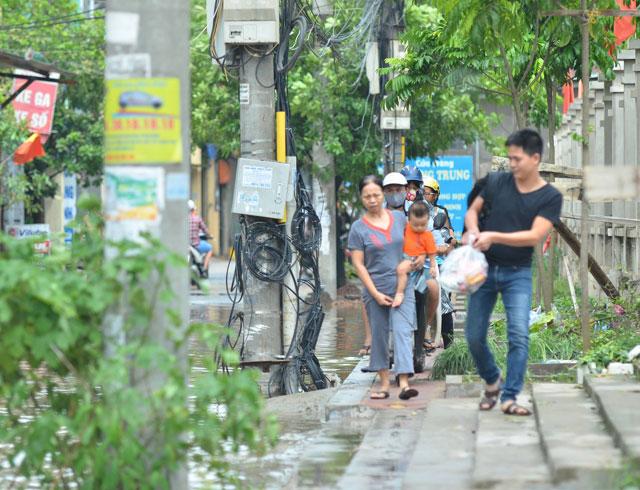 Một ngày sau bão số 1, người Thủ đô vẫn bì bõm lội phố - 6