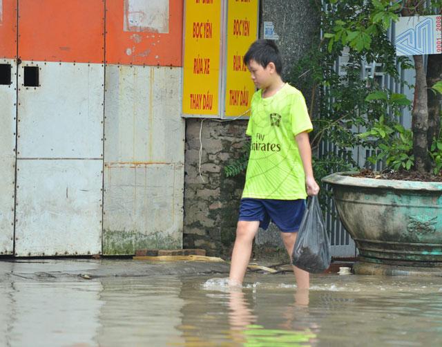 Một ngày sau bão số 1, người Thủ đô vẫn bì bõm lội phố - 7